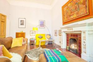 A seating area at Stunning, bright property in beautiful West End
