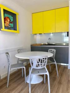 A kitchen or kitchenette at R&B 2