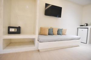 A television and/or entertainment center at Sea Wave Hotel