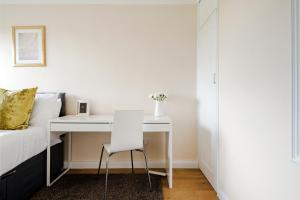 A seating area at Awesome flat near Chelsea Stadium + Fulham station