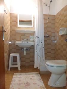 Ένα μπάνιο στο Απόστολος και Ελένη Οικογενειακά Διαμερίσματα