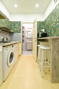 A kitchen or kitchenette at city center designer apartment in Eclectic building