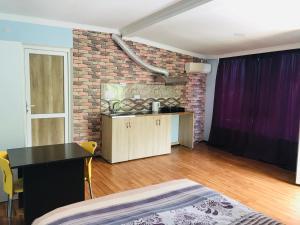 Televízia a/alebo spoločenská miestnosť v ubytovaní Lemon Tree Guest House