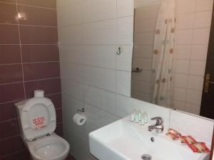 Ένα μπάνιο στο Manos Apartments