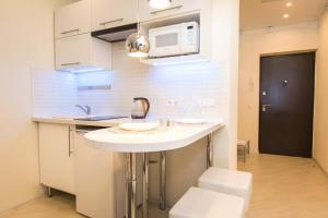 Кухня или мини-кухня в 5days-nnApartments. City Viev Studio Burnakovskaya