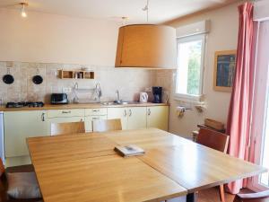 Cuisine ou kitchenette dans l'établissement Holiday Home La Marie-Laure