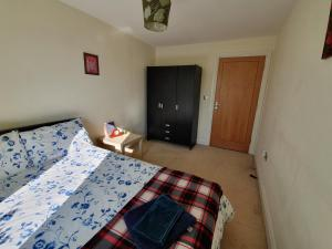 A bed or beds in a room at River View Apartment !