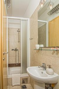 A bathroom at Split Inn Apartments