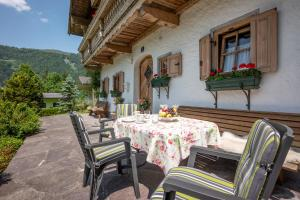A restaurant or other place to eat at Apartment Landhaus Mühlau in Tirol