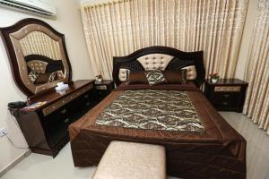 A bed or beds in a room at Jarzez Hotel Apartment