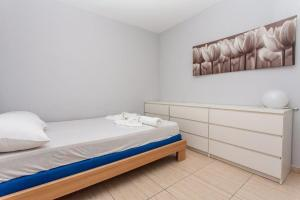 A bed or beds in a room at Apartment Damir - Novalja