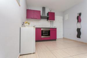 A kitchen or kitchenette at Apartment Damir - Novalja