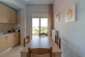 A kitchen or kitchenette at Cozy apartment at center of Skalani