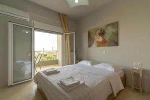 A bed or beds in a room at Cozy apartment at center of Skalani