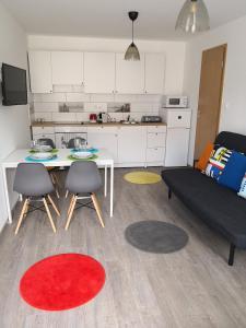 A kitchen or kitchenette at Green Garden Plus Apartman