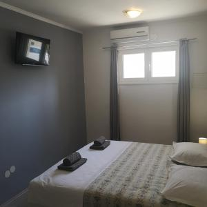 A bed or beds in a room at Pia Apartment