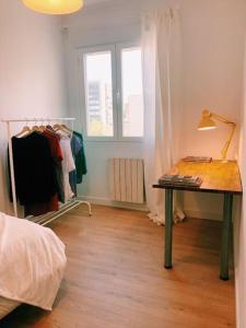 A bed or beds in a room at Piso acogedor y tranquilo - Junto a ifema y aerop.
