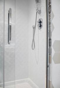 A bathroom at Lush Apartment -2Bedroom Duplex - Glasgow Green