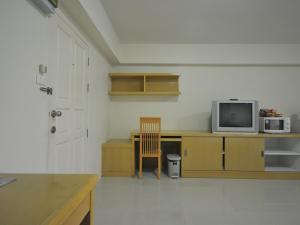 Una televisión o centro de entretenimiento en P-Park Residence - Charansanitwong-Rama7