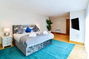 A bed or beds in a room at Meridian Quay - The Penthouse