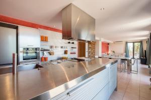 Кухня или мини-кухня в Boutique Villa Panorama with private beach