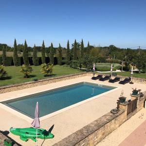 Výhled na bazén z ubytování Gite Le Maine d'Autana & La Ferme Du Domaine nebo okolí
