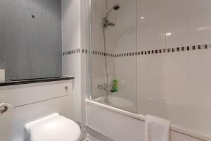 A bathroom at 3 Bedroom Home In The Heart Of Wimbledon