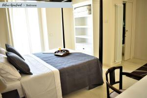 A bed or beds in a room at Front Beach Apartments