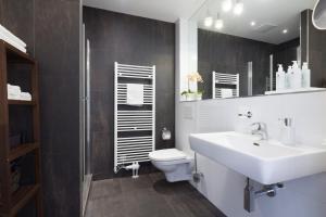 A bathroom at Rafael Kaiser Premium Apartments