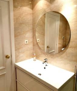 A bathroom at Apartamentos Madrid Titania