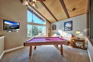 Бильярд в Tahoe Tyrol Lodge