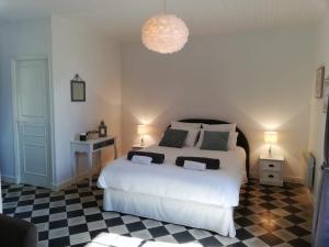 A bed or beds in a room at La Ferme De L Embellie