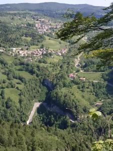 Vue panoramique sur l'établissement Les chamois de la Combe en haut