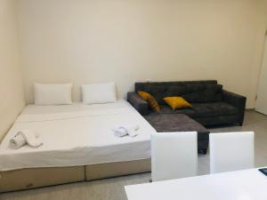 A bed or beds in a room at Arti̇m Exclusive Apart Hotel
