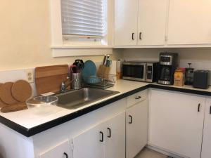 A kitchen or kitchenette at Pacific Heights spacious studio. Just remodeled!