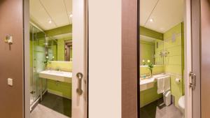 A bathroom at Aparthotel Bonanova