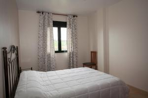 A bed or beds in a room at Casas Finisterrae Playa