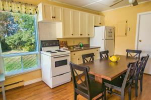 A kitchen or kitchenette at Jake & Jo's Cottages