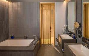 Een badkamer bij The Residences Caesars Palace Bluewaters