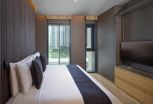 Een bed of bedden in een kamer bij The Residences Caesars Palace Bluewaters