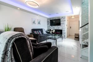 A seating area at Fantastic Mission Beach condo steps to the Beach