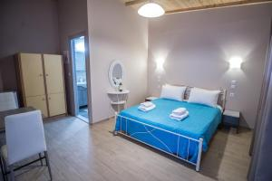 A bed or beds in a room at Camping Kariotes studios