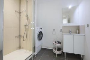 A bathroom at Grand Studio Hyper Centre Gare Vinci