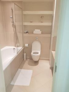 A bathroom at Horizon Canary Wharf Apartments
