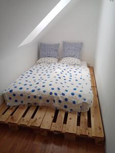 Tempat tidur dalam kamar di Podkrovní byt Praha
