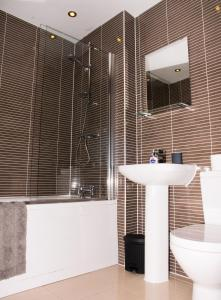 A bathroom at Impressive Urban Townhouse - Leeds City Centre