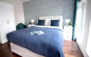 A bed or beds in a room at WestEndStay Fashionista
