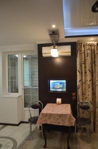 Телевизор и/или развлекательный центр в 2 room Lux Apartment on Kulika Street