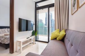 Uma área de estar em Luxury 2br Business Suite