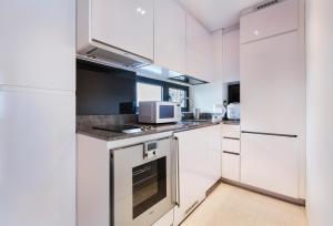 A cozinha ou kitchenette de Luxury 2br Business Suite
